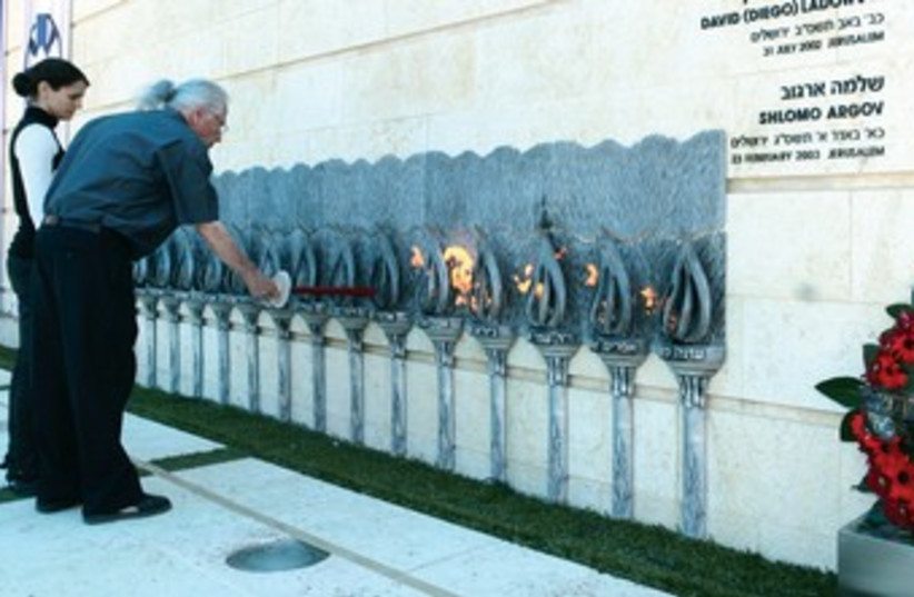 Israelis light candles at Remembrance Day  (photo credit: Ariel Jerozolimski)