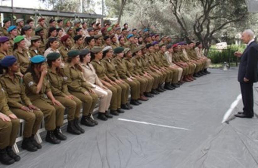 Shimon Peres addresses IDF soldiers 370 (photo credit: Yosef Avi Yair Engel)