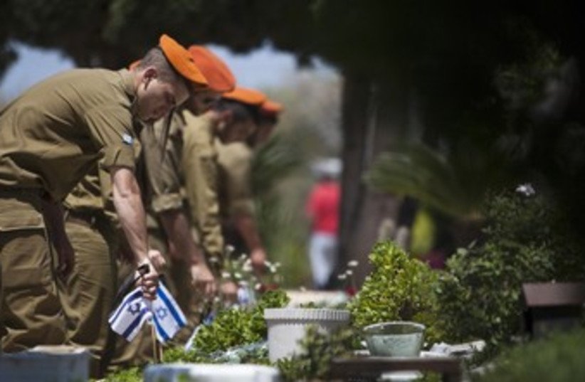 IDF soldiers on Remembrance Day 370 (photo credit: REUTERS)