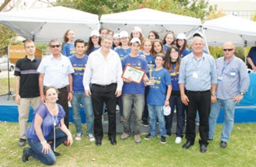 EL AL CEO Eliezer Shkedi and students 370 (photo credit: Kobi Yosef)