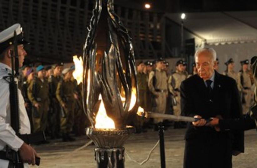 Peres lights torch at Yom Hazikaron 370 (photo credit: Marc Neiman/GPO)