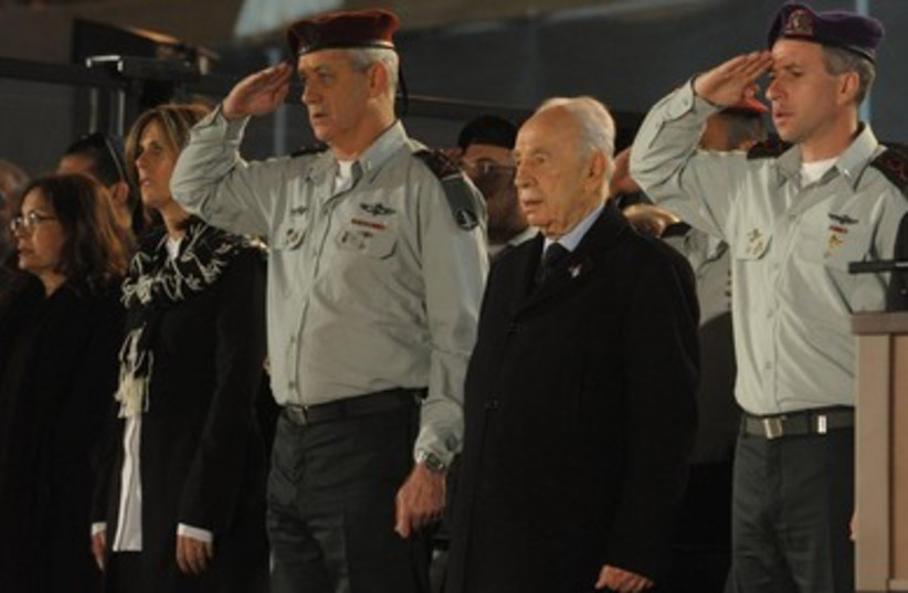 Peres and Gantz at Remembrance Day ceremony (photo credit: Mark Neiman/GPO)