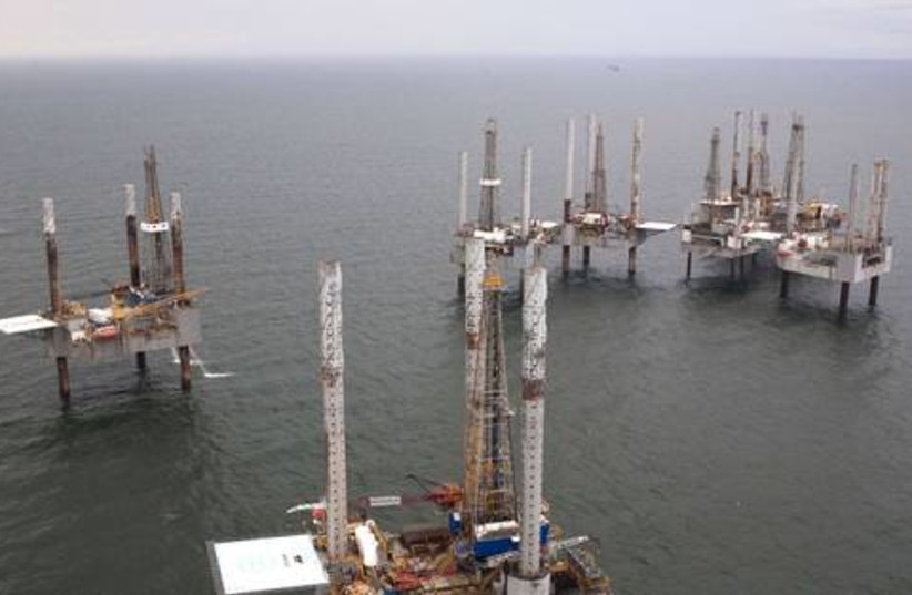Offshore Oil rig 521 (photo credit: Reuters/ Lee Celano)