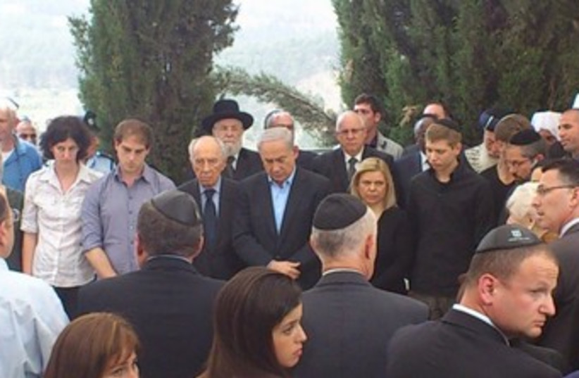 PM Netanyahu at father Benzion's funeral 370 (photo credit: Melanie Lidman)