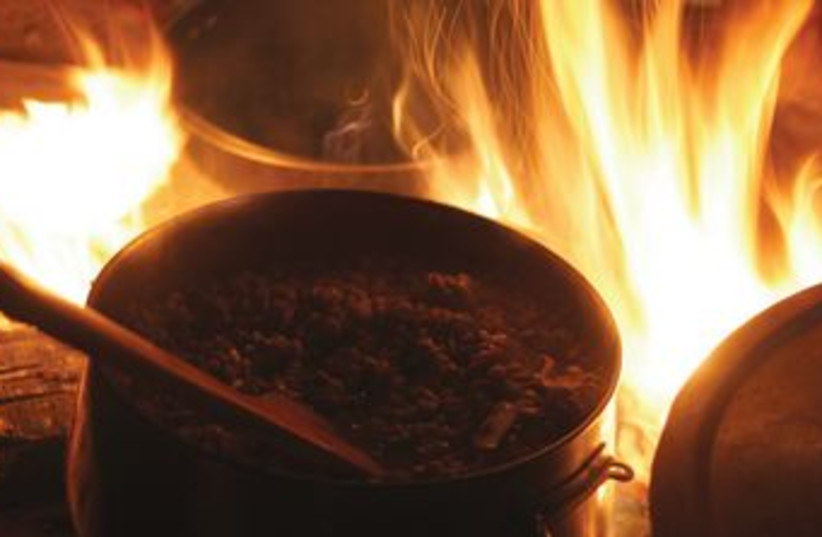 Cooking over a campfire (photo credit: Thinkstock)