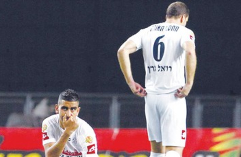 Maccabi Petah Tikva players  370 (photo credit: Adi Avishai)