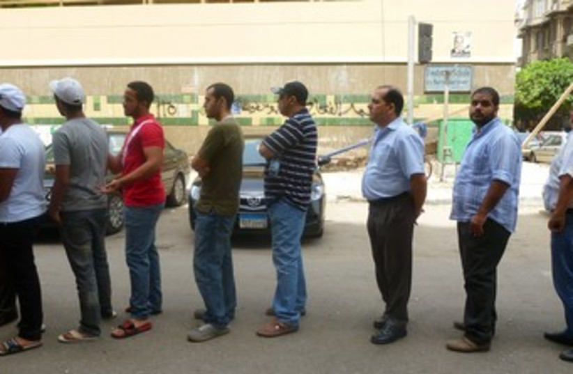 Egyptians line up to vote in Egypt 370 (photo credit: Eliezer Sherman)