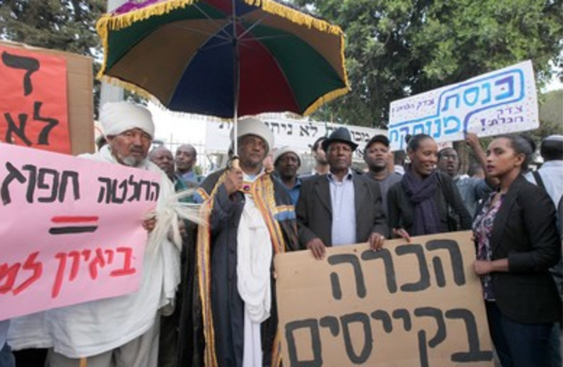 Ethiopians demonstrating against discrimination in J'lem (photo credit: Marc Israel Sellem)
