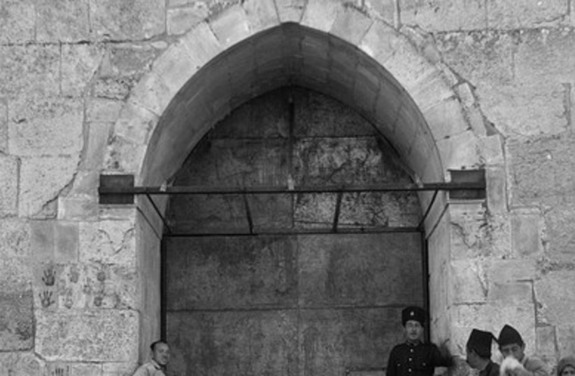 Sealed gate (1938)