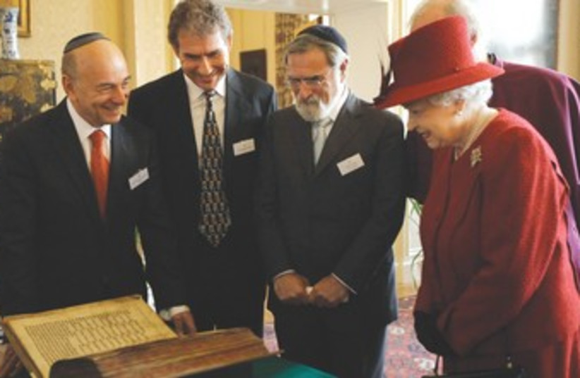 Queen Elizabeth, Rabbi Sacks (photo credit: Matt Dunham/Reuters)