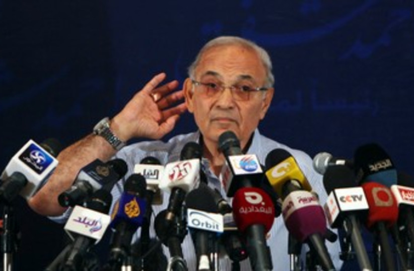 Egyptian presidential candidate Ahmed Shafik 370 (R) (photo credit: REUTERS/Amr Abdallah Dalsh)