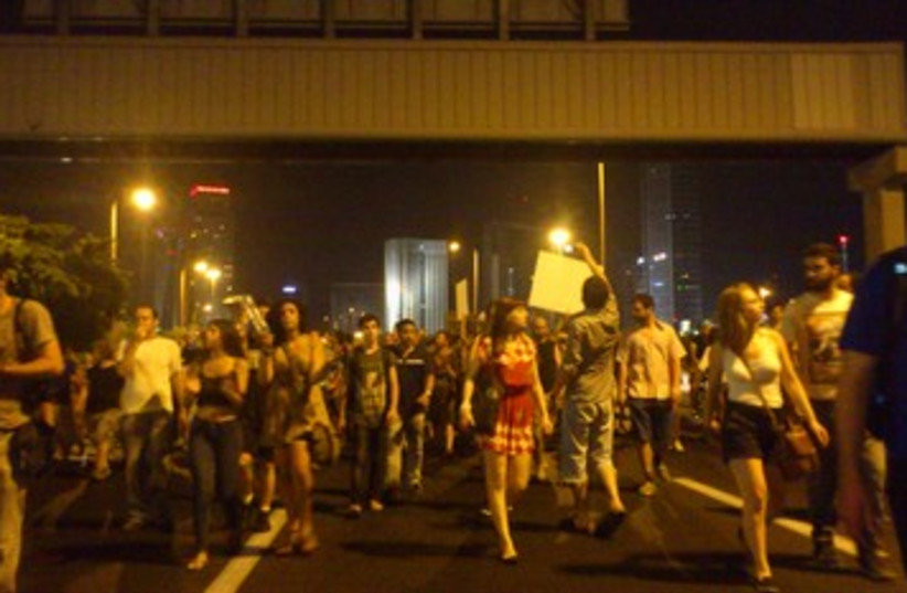 Social protesters block Ayalon (2) 390 (photo credit: Ben Hartman)
