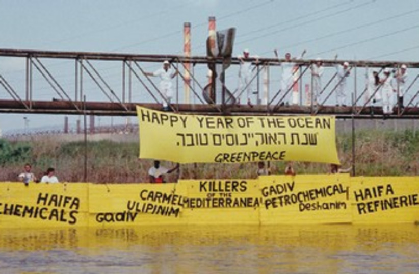 Greenpeace blocks Kishon River 370 (photo credit: Greenpeace activists try to stop pollutants in Kis)