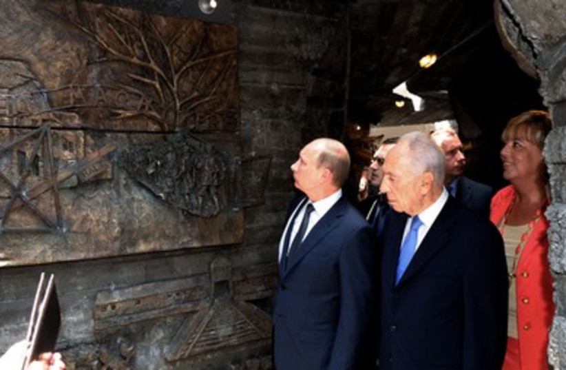 Peres walks with Putin
