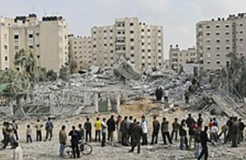 Gaza rubble crowd 224.88 (photo credit: AP)