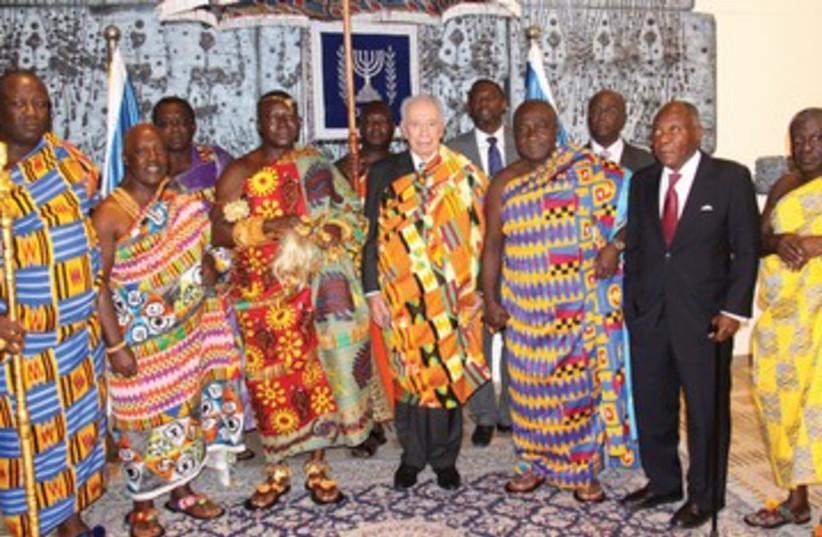 Peres with Ghanaian monarch African garb 390 (photo credit: Yosef Avi Yair Engel/GPO)