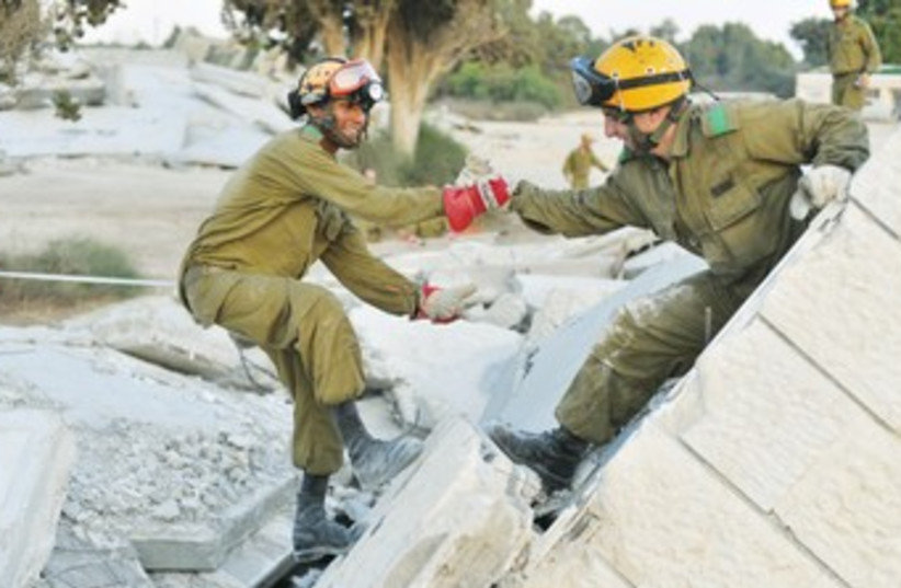 HOME FRONT troops conduct an earthquake drill 370 (photo credit: IDF Spokesman's Office)