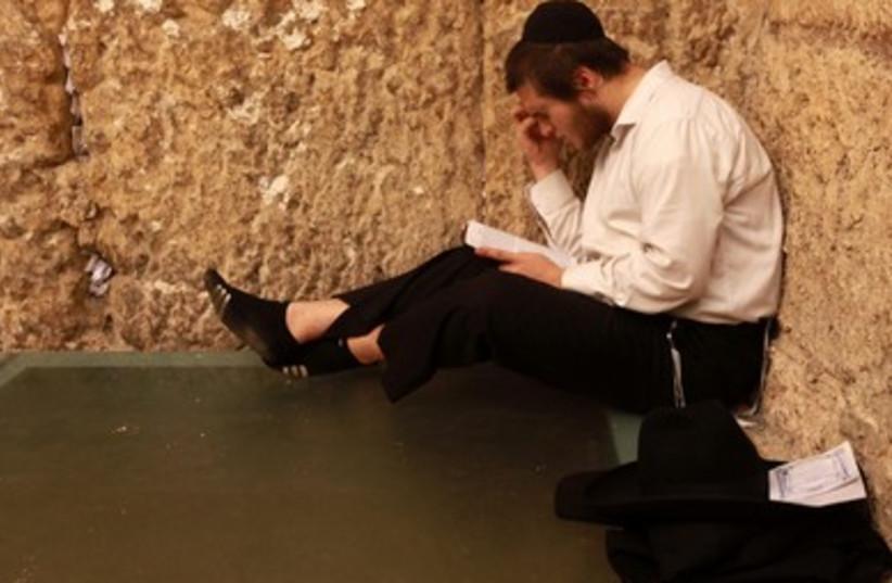 Haredi man at Western Wall marks Tisha Be av (photo credit: Marc Israel Sellem/The Jerusalem Post)