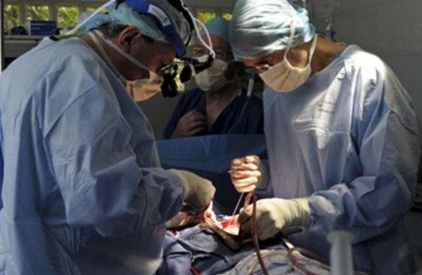 Doctors perform surgery (generic) R 370 (photo credit: REUTERS/Swoan Parker)
