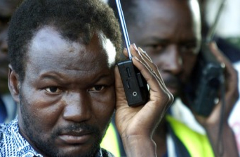 Malains listen to radio 370 (photo credit: REUTERS/Antony Njuguna)