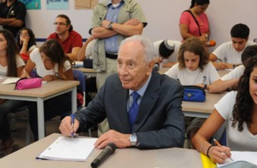 President Shimon Peres in school 370 (photo credit: Mark Neiman/GPO)