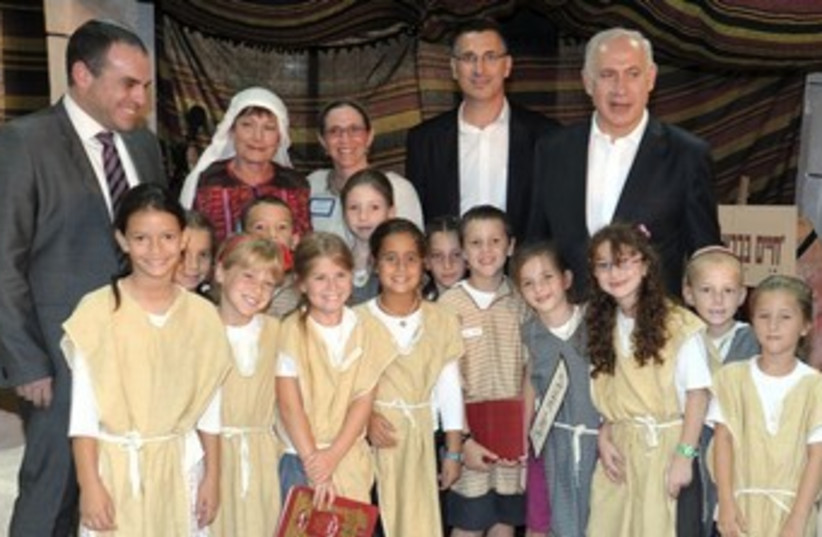 Netanyahu visits school 370 (photo credit: GPO/Moshe Milner)