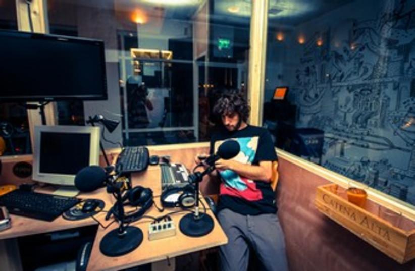 Teder in action at the studio (photo credit: Teder.fm)