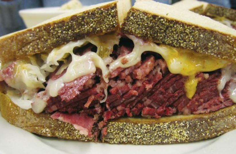 Smoked meat sandwich 521 (photo credit: Courtesy: Ernesto Andrade/Wikimedia Commons)