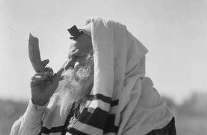 Rabbi blowing shofar (photo credit: American Colony-Jerusalem-Photo Dept.)