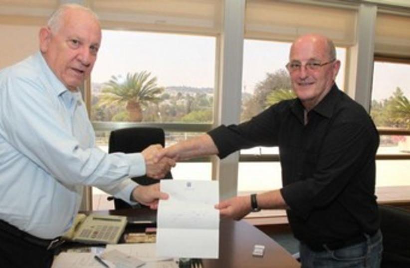 Yossi Peled hands resignation to Reuven Rivlin 370 (photo credit: Courtesy Knesset spokesman)
