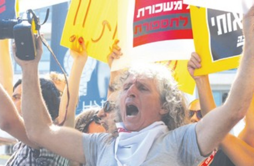 YOSSI ALONI, a veteran 'Ma'ariv' photojournalist 370 (photo credit: Ben Hartman)