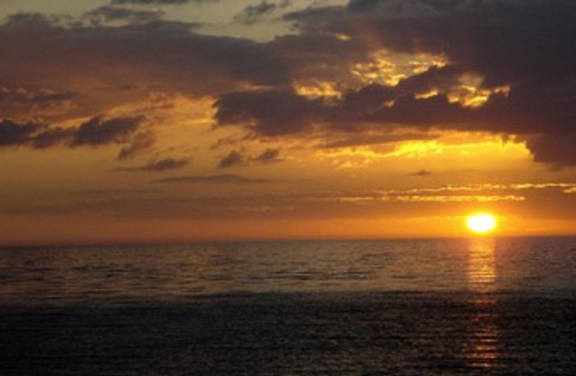 Beach sunset  (photo credit: Wikicommons)