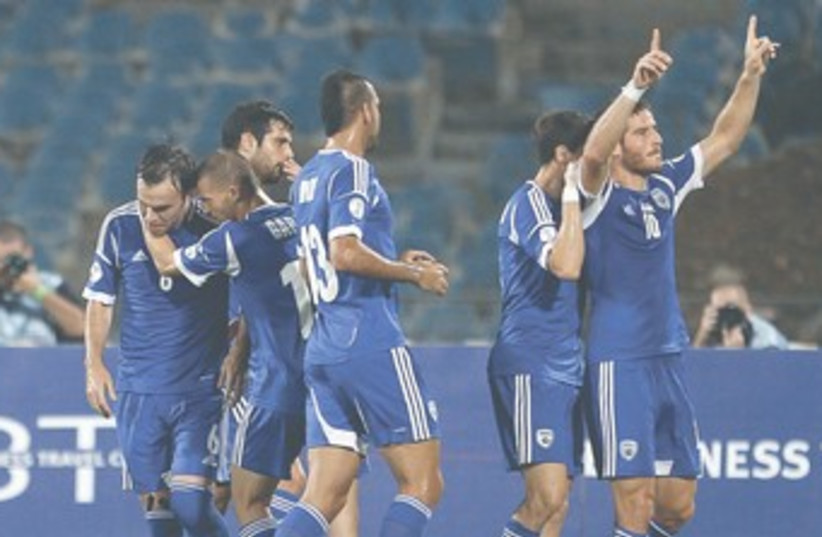 Israel NT celebrates against Luxembourg 370 (photo credit: Ronen Zvulun/Reuters)
