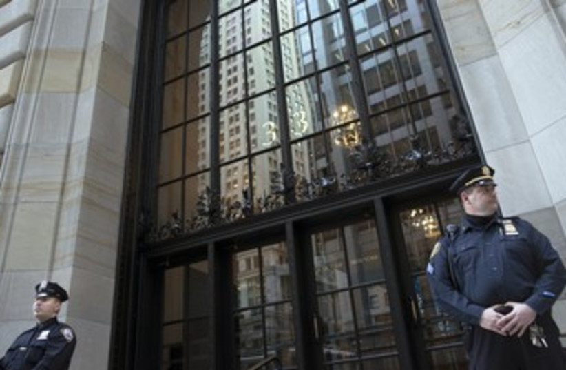 Police officers guard NY Federal Reserve Bank 370 (photo credit: REUTERS)