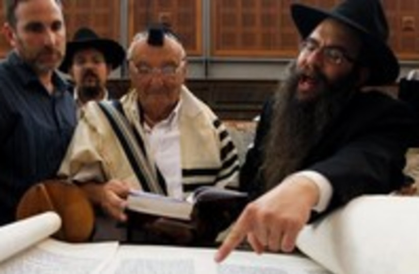 Holocaust survivors read Torah at the Kotel 370 (photo credit: REUTERS/Baz Ratner)