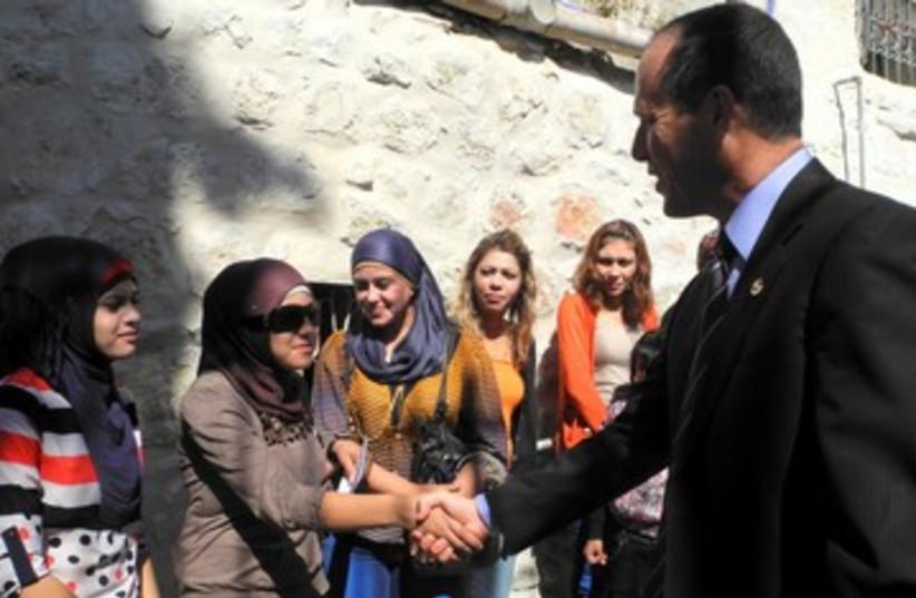 Mayor greets members of J'lem Gypsy community 390 (photo credit: MELANIE LIDMAN)