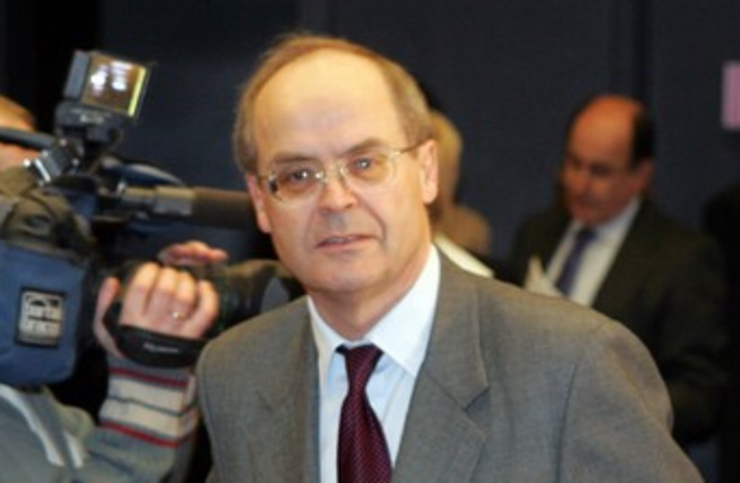 Former British ambassador Peter Jenkins 370 (R) (photo credit: Herwig Prammer / Reuters)