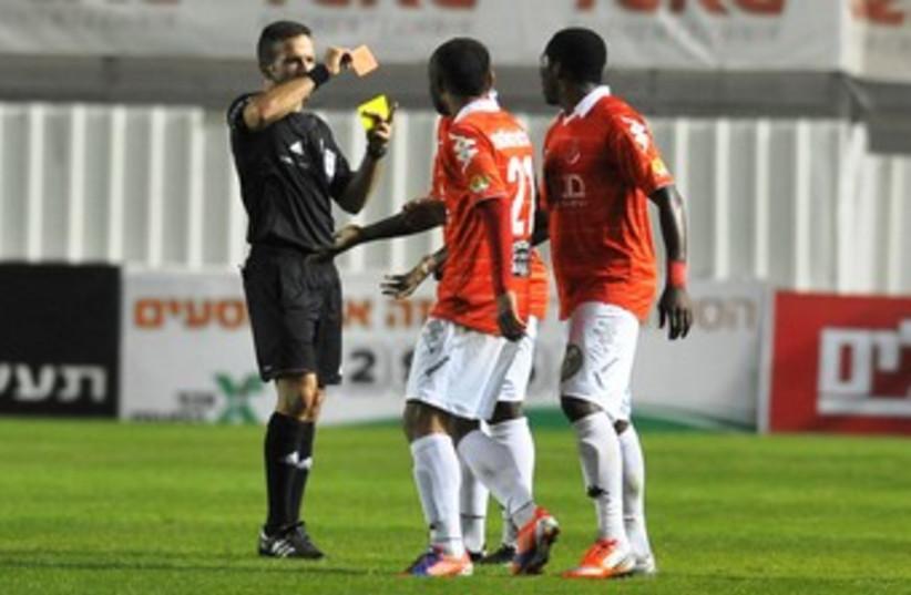REFEREE OREL GREENFELD gives red card 370 (photo credit: Asaf Kliger)