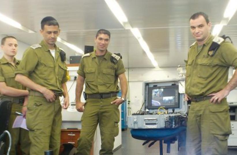 Soldat et robot 521 (photo credit: Yaakov Lappin)