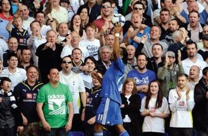 CHELSEA'S DIDIER Drogba Tottenham Hotspur fans 370 (photo credit: REUTERS)