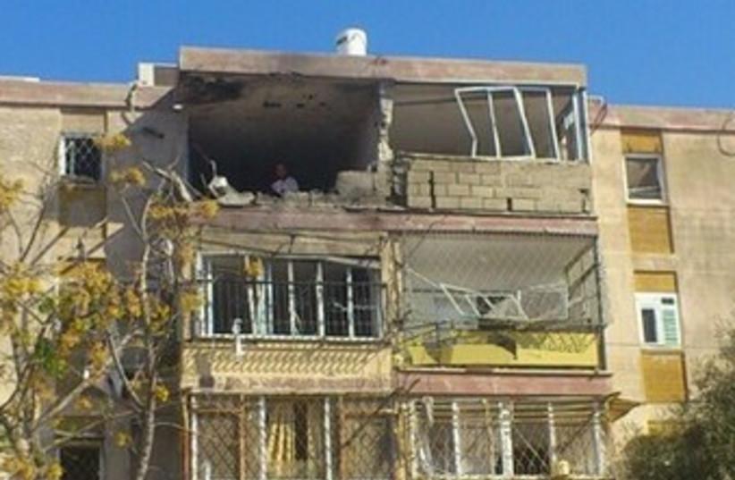 Kiryat Malachi building hit by rocket  370 (photo credit: Ben Hartman)