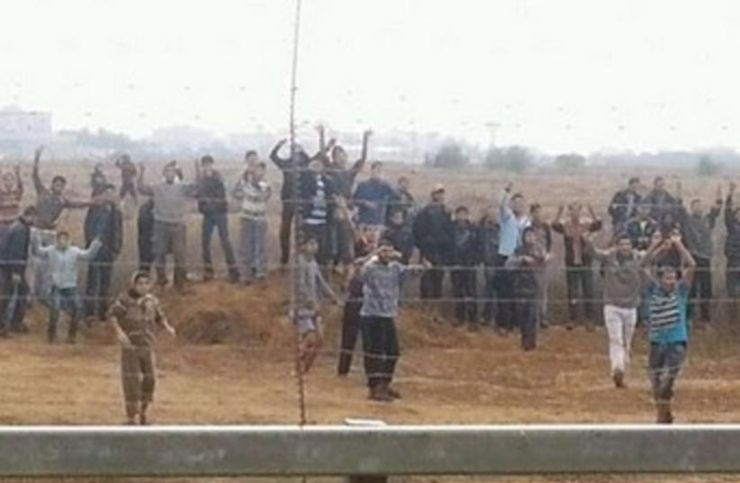 Gazans at border fence 370 (photo credit: IDF Spokesman's Office)