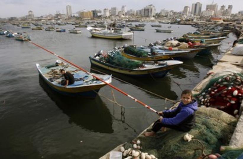 Gaza fishing 370 (photo credit: REUTERS/Ibraheem Abu Mustafa)