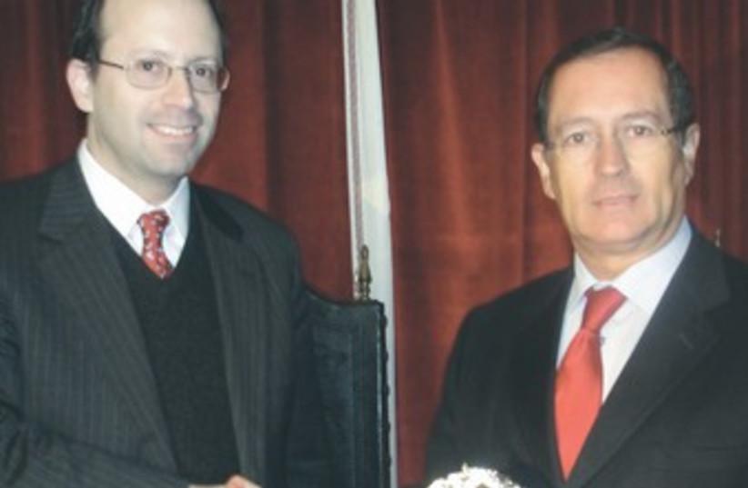 Michael Freund and Portugese mayor 370 (photo credit: Courtesy Shavei Israel)