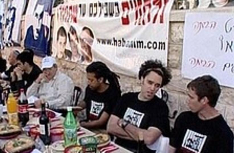 hatufim seder 224 88 (photo credit: Channel 10)