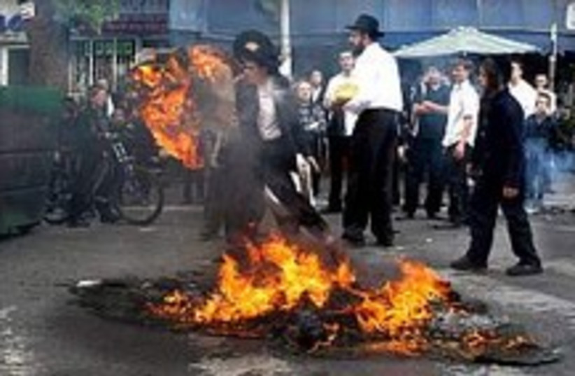 Haredim riot  224.88 (photo credit: Ariel Jerozolimski)