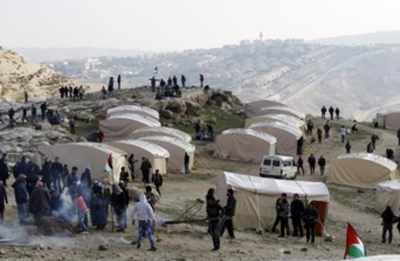 Palestinian activists erect tents in E1 370 (photo credit: REUTERS)