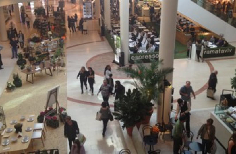 Ramat Aviv mall on Election Day, January 22, 2013 370 (photo credit: DANIELLE ZIRI)