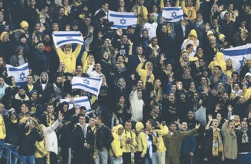 Betar Jerusalem fans 370 (photo credit: Nir Elias/Reuters)