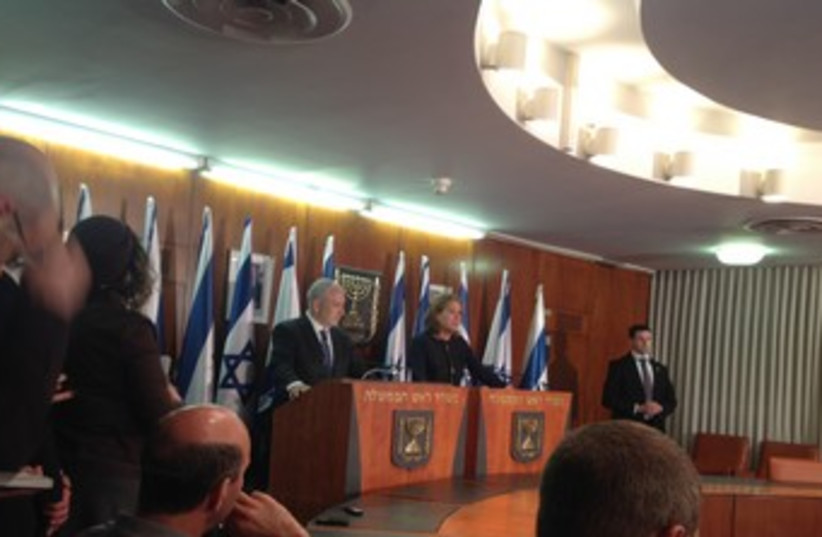 Netanyahu, Livni at press conference 370 (photo credit: LAHAV HARKOV)
